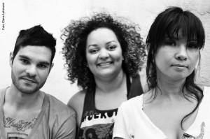 O Moxine: Caju (bateria), Hagape Cakau (baixo) e Mônica Agena (voz e guitarra)