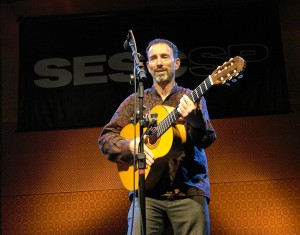 Jonathan Richman durante apresentação no SESC Pompeia. Foto: Natasha Ramos