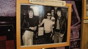 "Foto de 1974, Ramones Teenagers - ""Note Johnny Ramone's silver pants"""