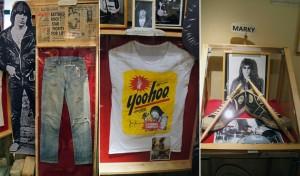 Calça e camiseta usadas por Johnny Ramone; tênis e baquetas usadas por Marky Ramone