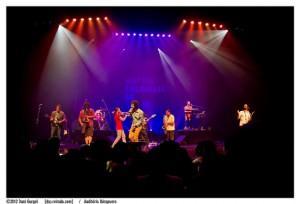 Banda Móveis Coloniais de Acaju durante apresentação de sexta (10). Foto: Dani Gurgel/Auditório Ibirapuera