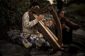 Rao Caiuá tocando harpa. Foto: Natasha Ramos