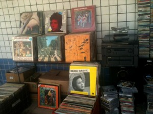 Os discos raros e disputados expostos na loja de dona Abadia