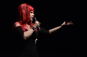 Kate Pierson durante apresentação em casa de shows de São Paulo.