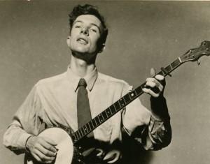 Peter Seeger, lenda do folk, em foto no início da carreira