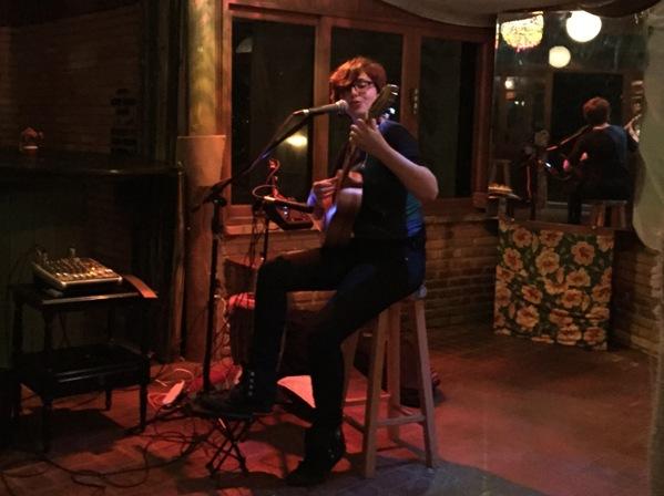 Yoyo Borobia toca no Biruta, bar em Florianópolis. Foto: Natasha Ramos
