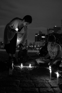 Fãs acendem velas em vigília durante o evento