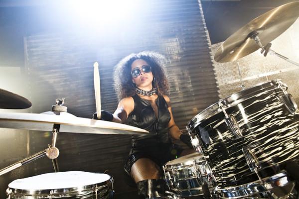 A baterista Brittany Brooks, que tocou com a banda de backing femininos, Scarlet Fever.