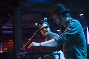 o tecladista do Cachorro Grande, Pedro Pelotas (à esquerda), e o vocalista do Supergrass, Charly Coombes, que também tocava teclado no show em tributo aos ícones da Motown.
