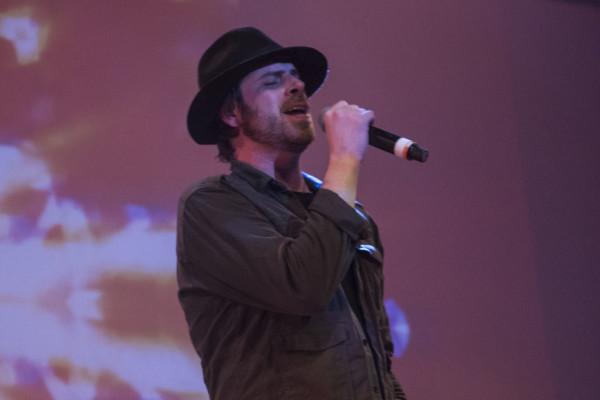 Coombes também improvisou no vocal de duas músicas durante o show.