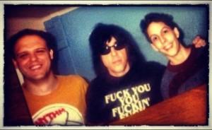 Em 1999, Matheus do The Bombers e Junior do White Frogs, com Marky Ramone.