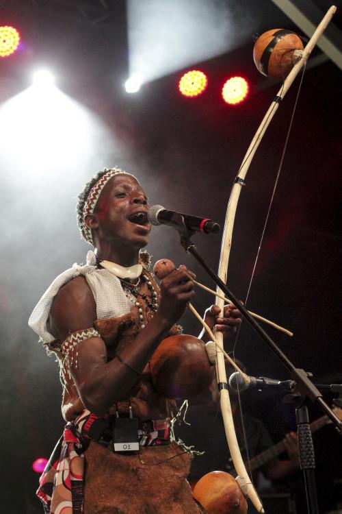 A dupla Alfre et Bernard dentre outros artistas africanos  apresentavam-se num dos palcos mais interessantes e menos prestigiados pela mídia.