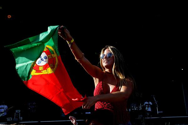 Já estamos em 2018? - Moça com a bandeira de Portugal lembra que o festival desembarcará em Lisboa ano que vem.